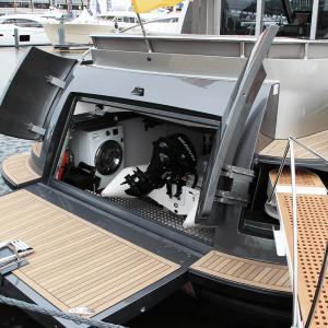 Geöffnete Heckklappen mit Tenderboot