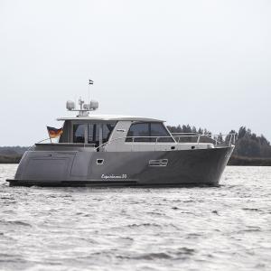 Yacht Experience 50 Hybrid seitlich von hinten