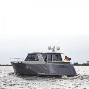 Yacht Experience 50 Hybrid von hinten