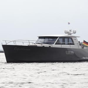 Yacht Experience 50 Hybrid seitlich von vorne
